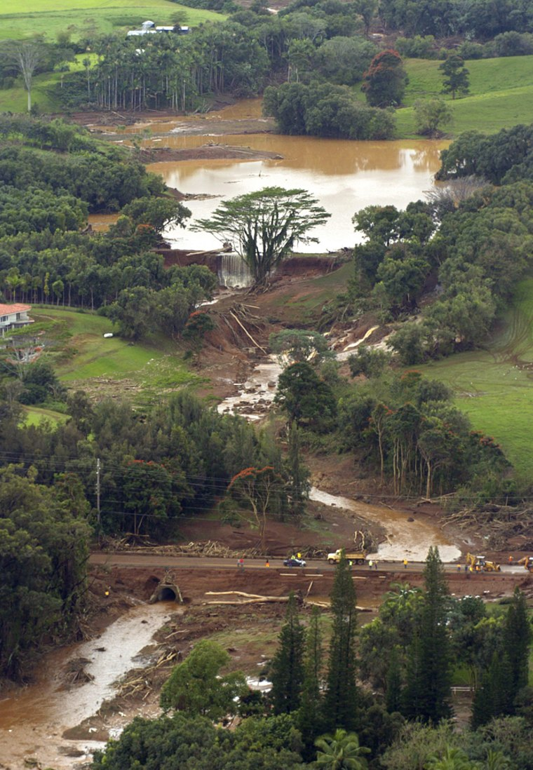The earthen dam holding back water in theKaloko Reservoir burst on the island of Kauai, Hawaii, on Tuesday, sweeping away at least two houses andwashing out the only road along the island's north shore.