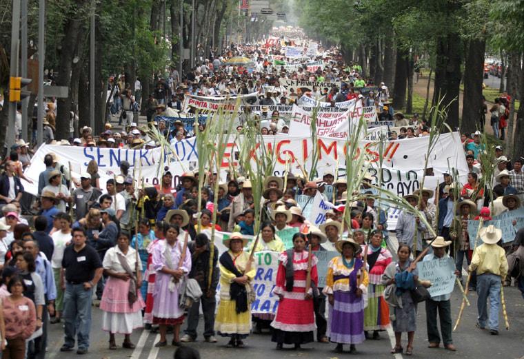 Women of the ethnic group Mazahua, carry