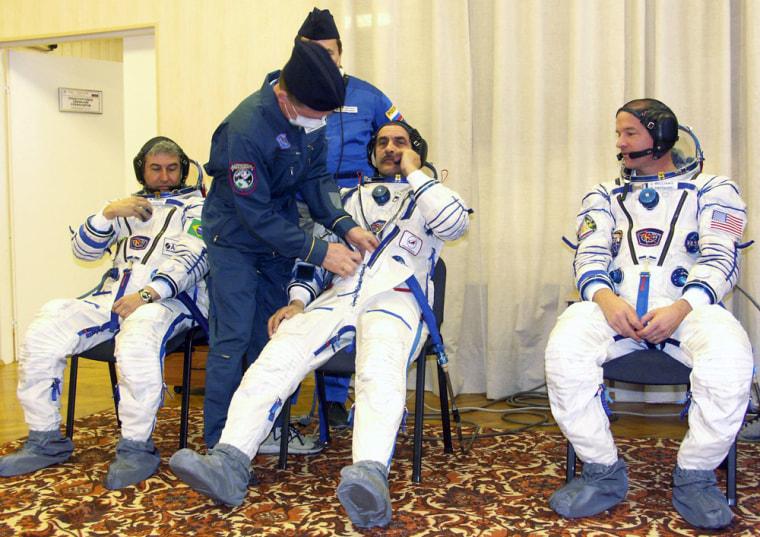 Russian cosmonaut Pavel Vinogradov (C),i