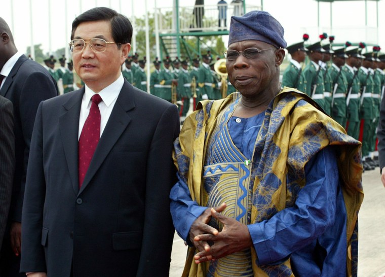Chinese President Hu is welcomed by Nigerian President Obasanjo in Abuja