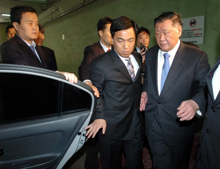Chung chairman of South Koreas Hyundai Motor group leaves Seoul Central District Court
