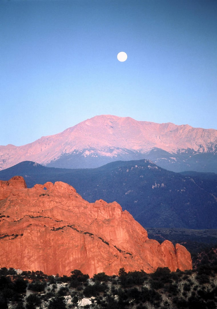 D1001 Pikes Peak and full moon, CO