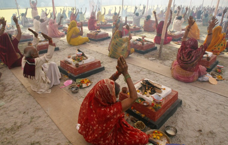 Hindusparticipate in a mass holy offering using firesin Howra, India onFriday