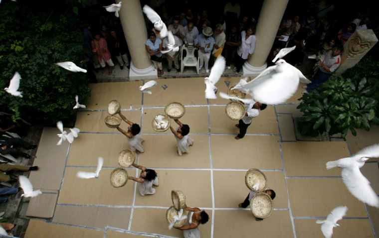 Members of the Retazos group release 80 doves to celebrate the 80th birthday of Fidel Castro during a Tuesday ceremony at the Guayasamin foundation in Havana, Cuba.