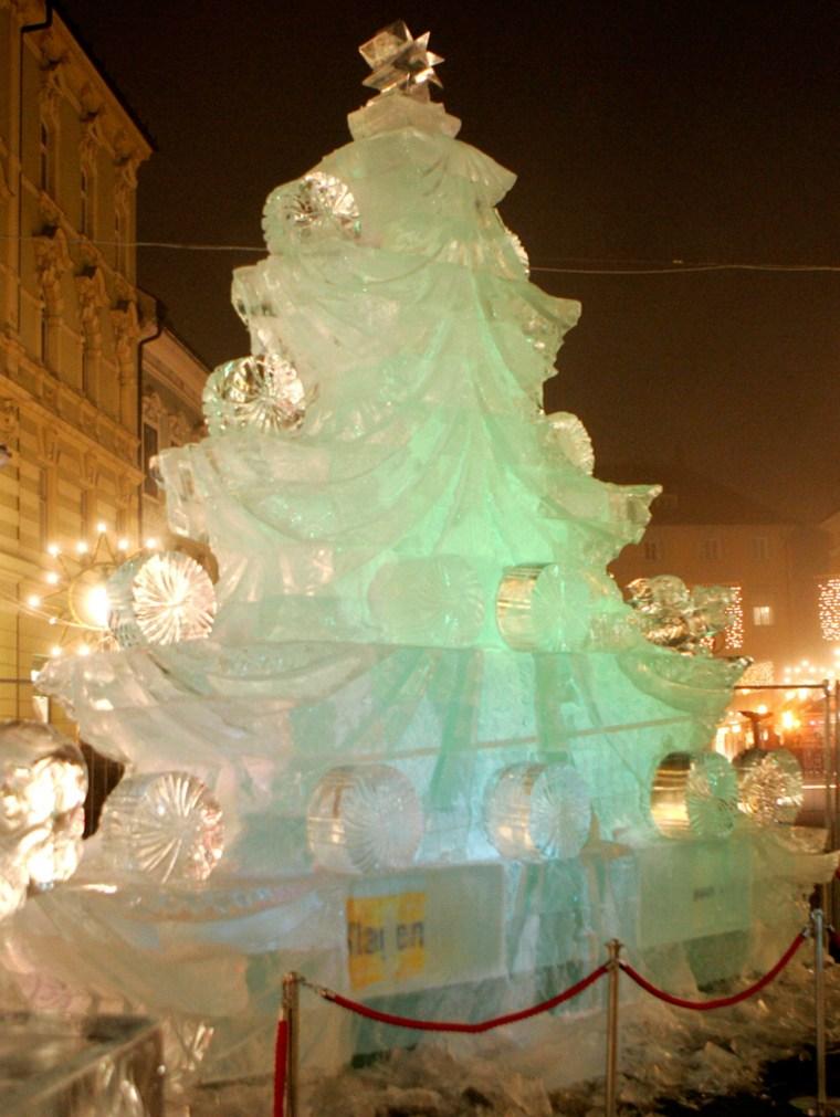 To accompnay stroy AUSTRIA-CHRISTMAS/TREE