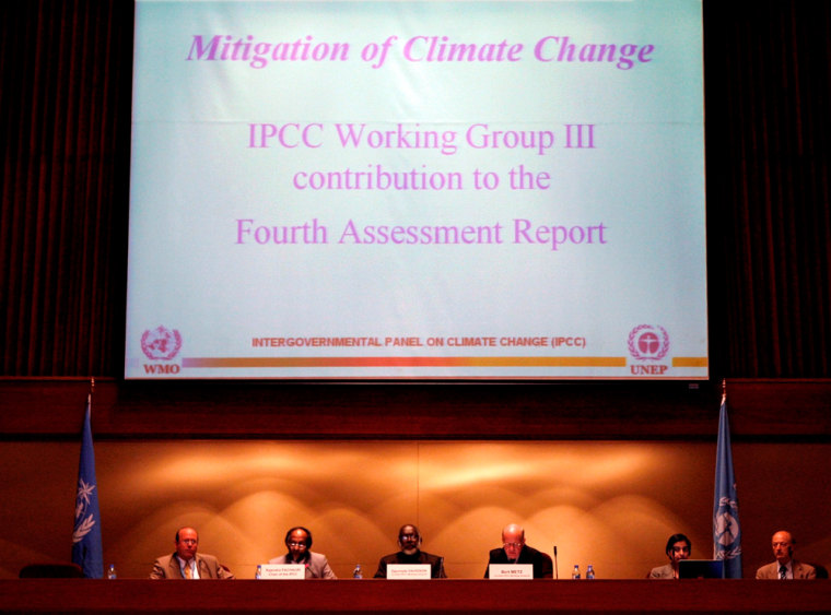 World climate scientists in Bangkok call on reduction carbon emissions