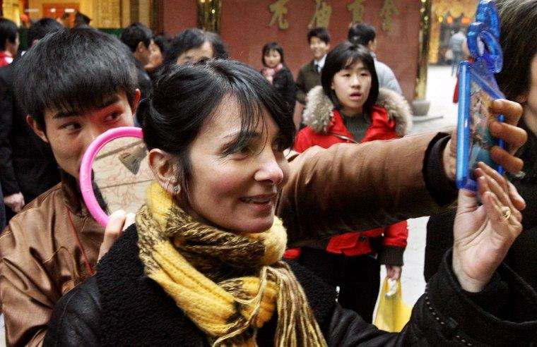 A foreign tourist tries out a hair exten