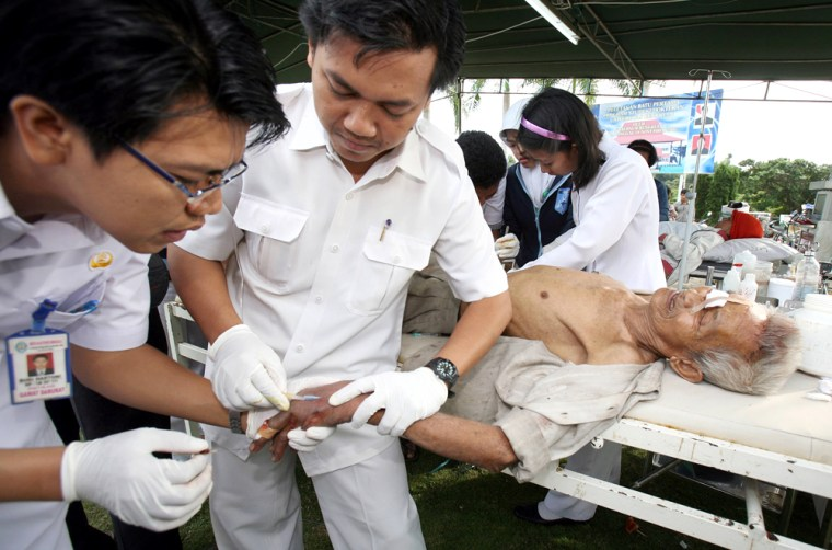 Indonesian medical personnel tend to a man injured in Wednesday'squake at a makeshift emergency unit in Bengkulu.