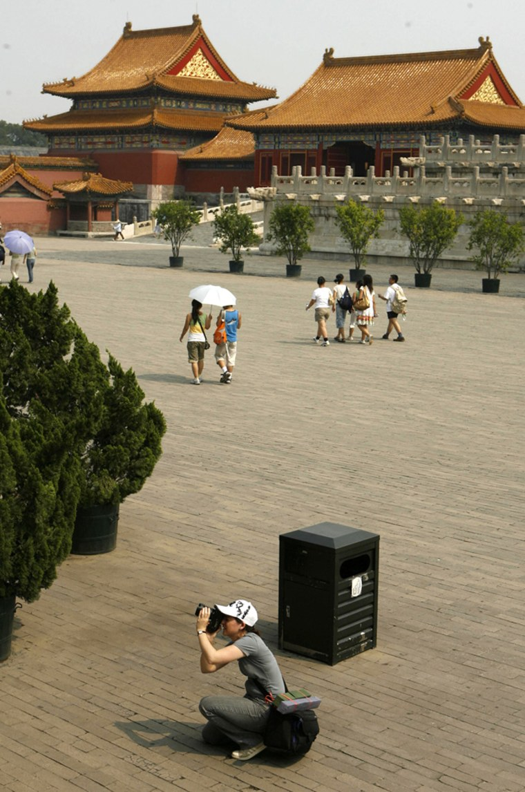 A foreign tourist takes a photo in Beiji