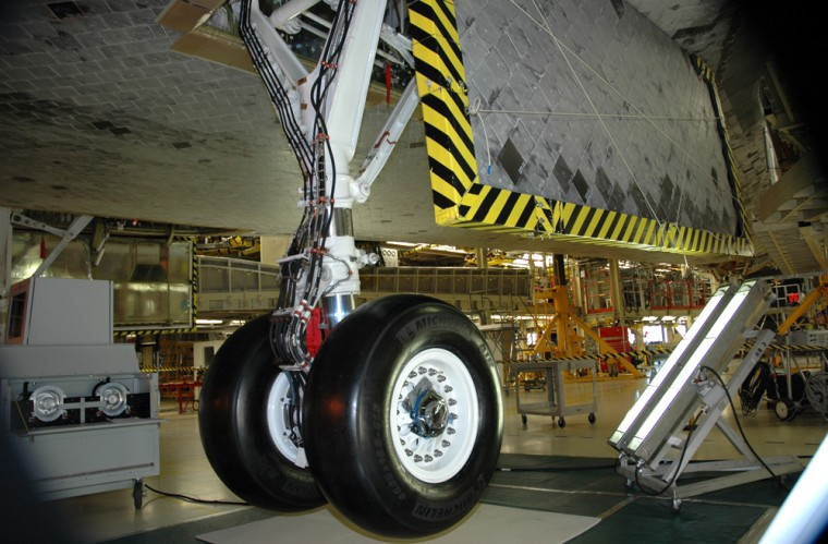 With repairs of the hydraulic leak completed, tests on Discovery's right landing gear have begun inside the Orbiter Processing Facility.