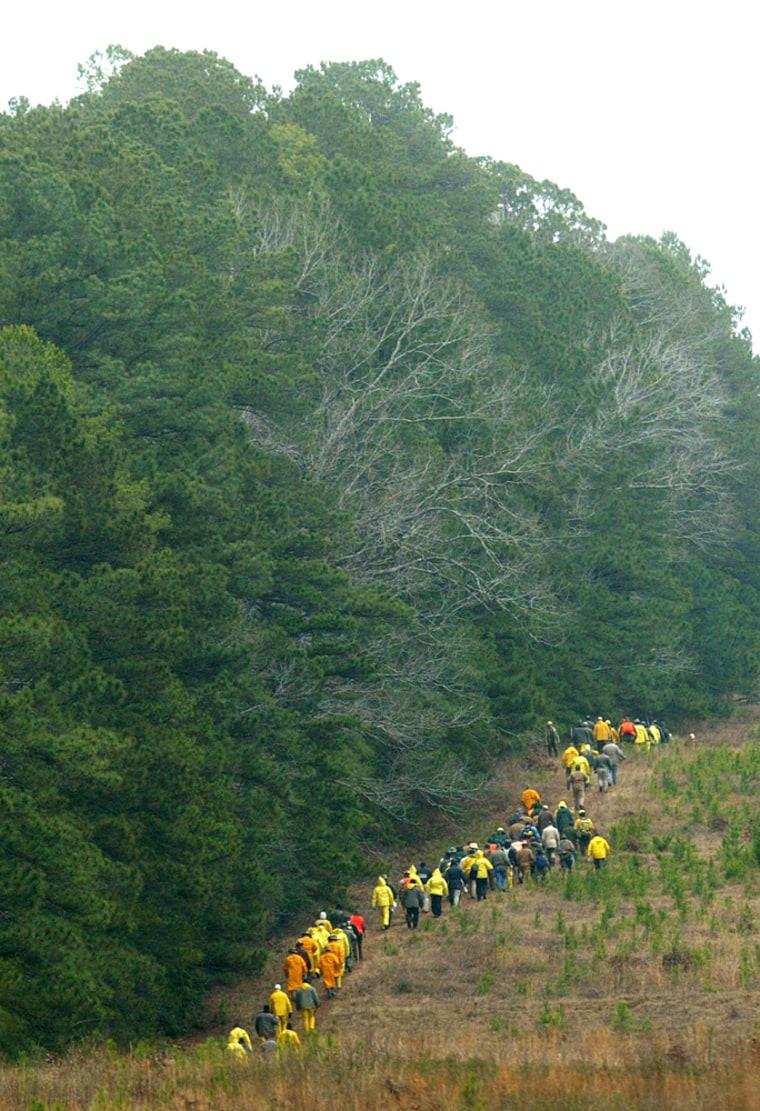 Image: Volunteers search for Columbia debris