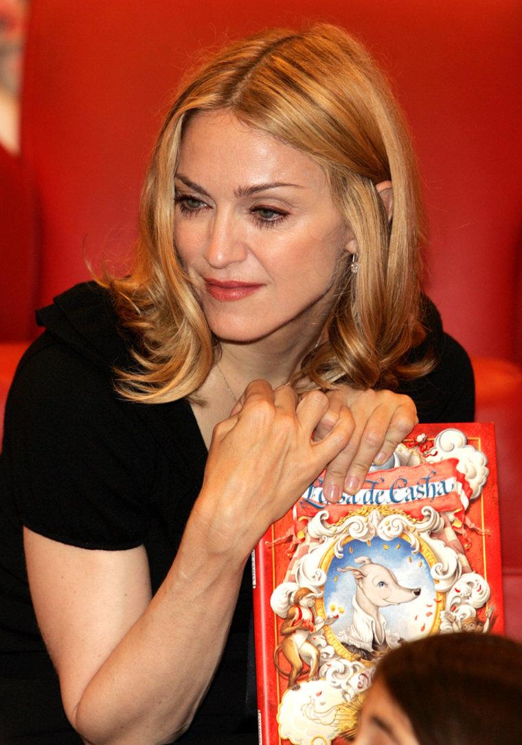 """Madonna Signs Her Book """"Lotsa de Casha"""" At Borders Books"""