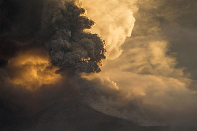 Image: The Tungurahua volcano erupts in Banos