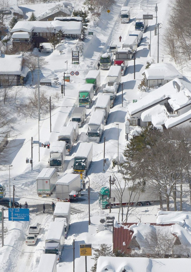Image: Trucks and cars are stranded by heavy snow on a national road in Karuizawa