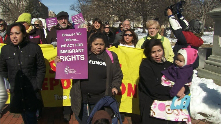 Image: People rally for immigration reform in Washington, DC