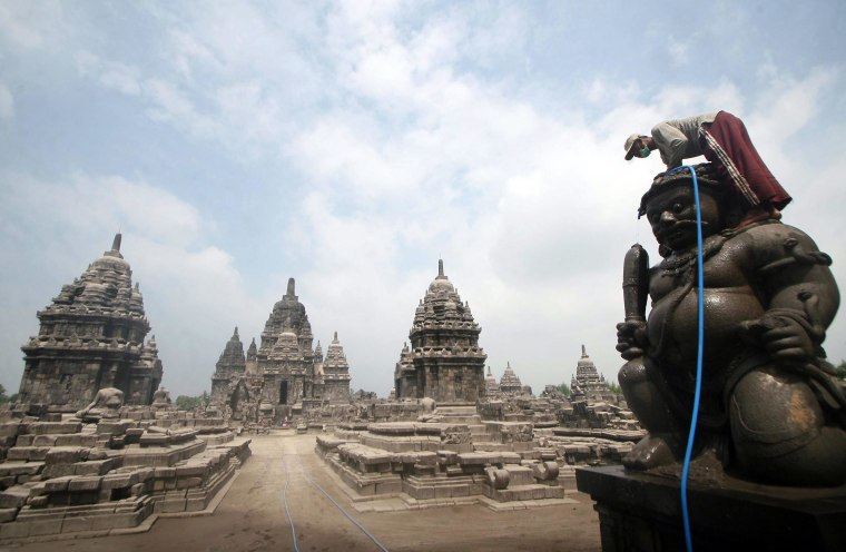 Image: Borobudur temple cleaning
