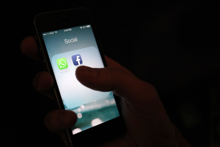 Image: WhatsApp and Facebook app icons on an iPhone