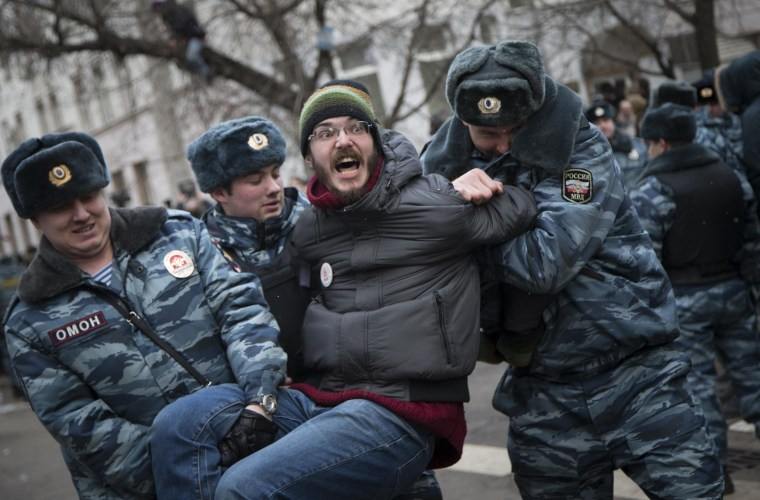 Image: Police detain people outside Zamoskvoretsky District Court in Moscow