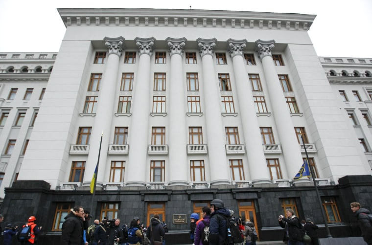 Image: Anti-government protesters and journalists gather outside the presidential administration building in Kiev