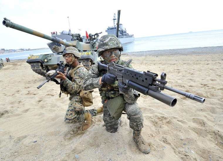 Image: South Korean marines (R) and US Marines (L) take position on a beach during a joint landing operation