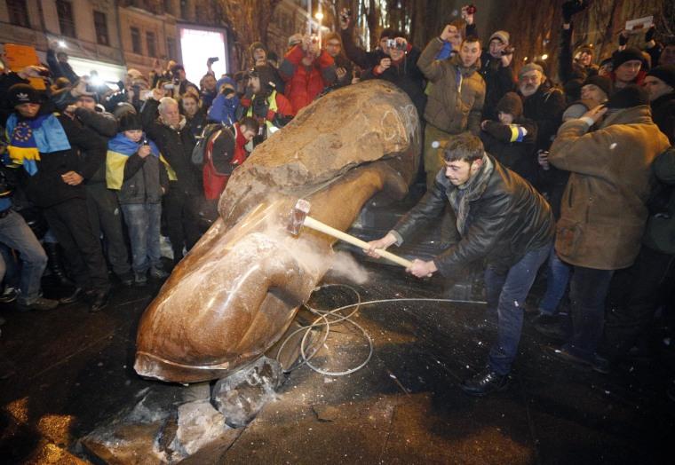 Image: Protesters topple Lenin statue in Kiev