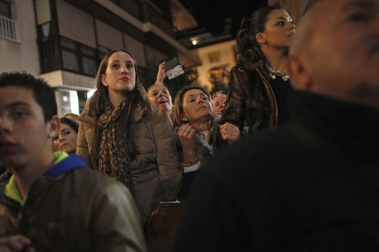 Image: People watch the arrival of the coffin of Spanish guitarist Paco de Lucia for his wake, outside the townhall of Algeciras