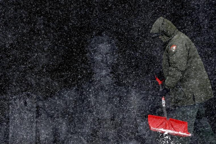 Image: Lincoln Memorial as snow falls in Washington