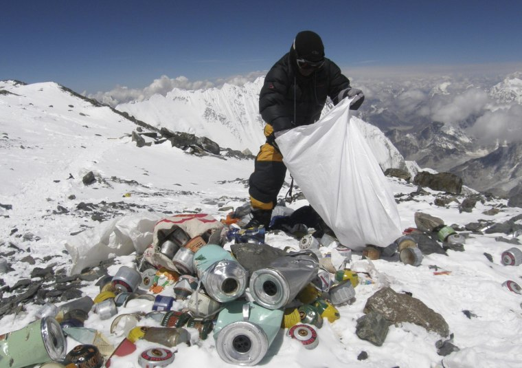 Image: A Nepalese sherpa collecting garbage on Mount Everest