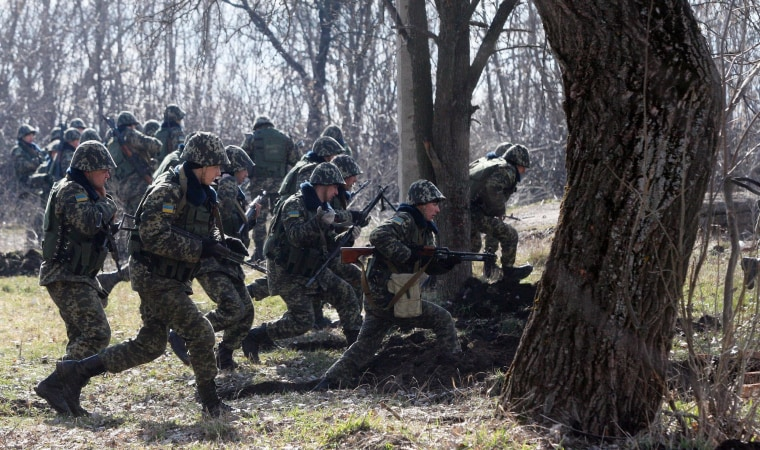 Image: Ukrainian border guards run during exercises not far from Ukraine-Russia border