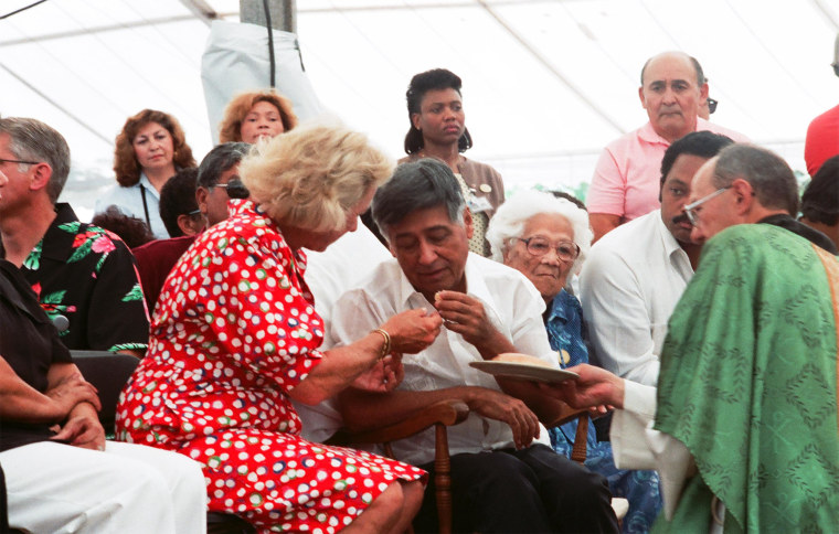 Cesar Chavez breaks his 36-day fast with Ethel Kennedy, his mother Juana Estrada Chavez and Rev. Jesse Jackson, on August 21, 1988.