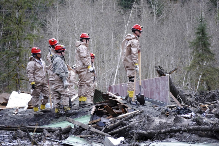 Image: Air Force personnel join civilian workers in efforts to find missing persons following a deadly mudslide in Oso