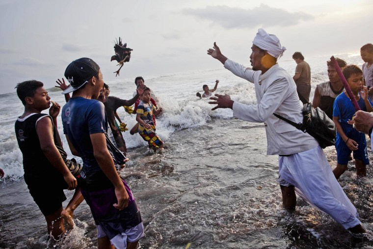 Image: Thousands Of Hindus Gather For The Melasti Ceremony