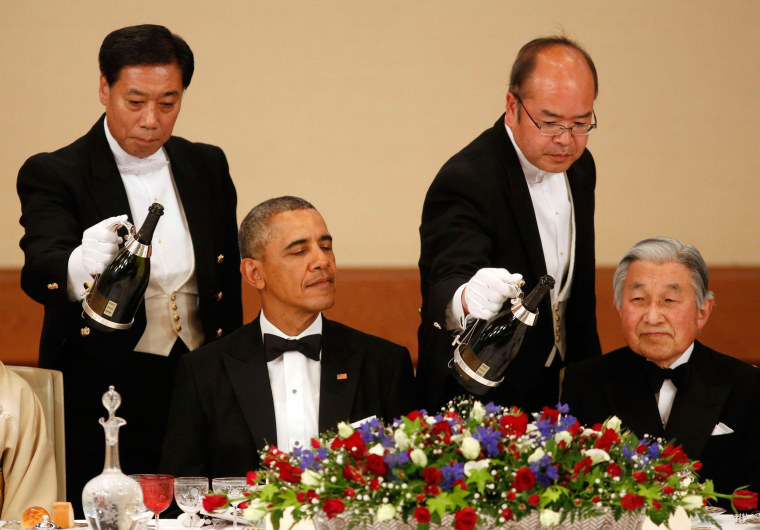 Image: Champagne is poured for U.S. President Obama and Japan's Emperor Akihito during the Japan State Dinner at the Imperial Palace in Tokyo