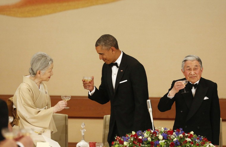 Image: U.S. President Barack Obama offers Japan's Empress Michiko a toast during the Japan State Dinner in Tokyo
