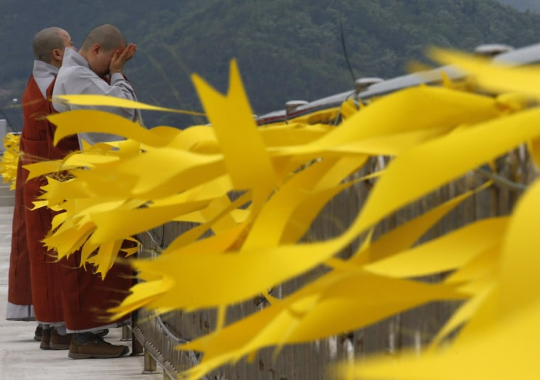 Image: Buddhist nuns cry after praying for ferry victims