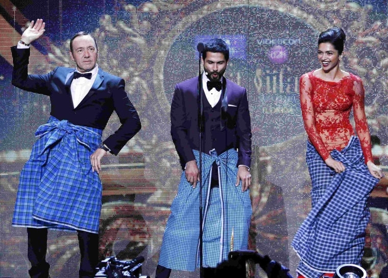 Image: Kevin Spacey dances the Lungi dance with actress Padukone and Bollywood actor Kapoor during IIFA 2014 Awards in Tampa