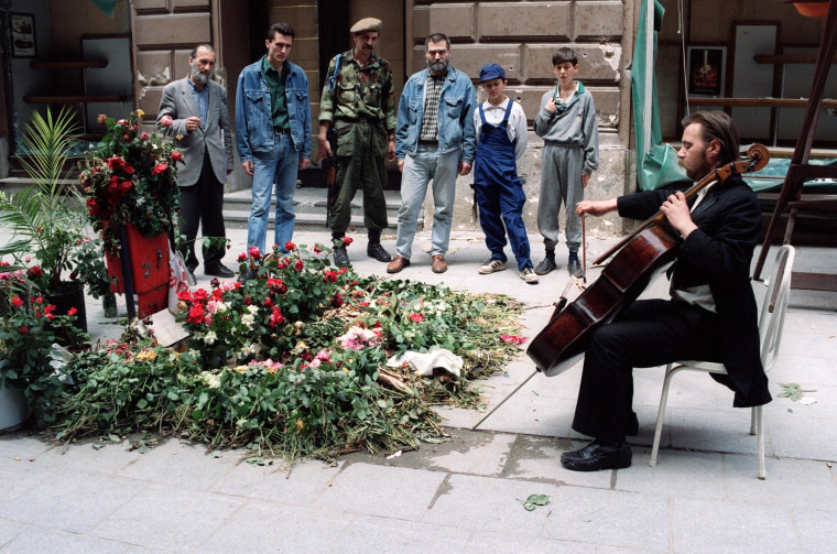 Image: Bosnian cellist Vedran Smajlovic in 1992