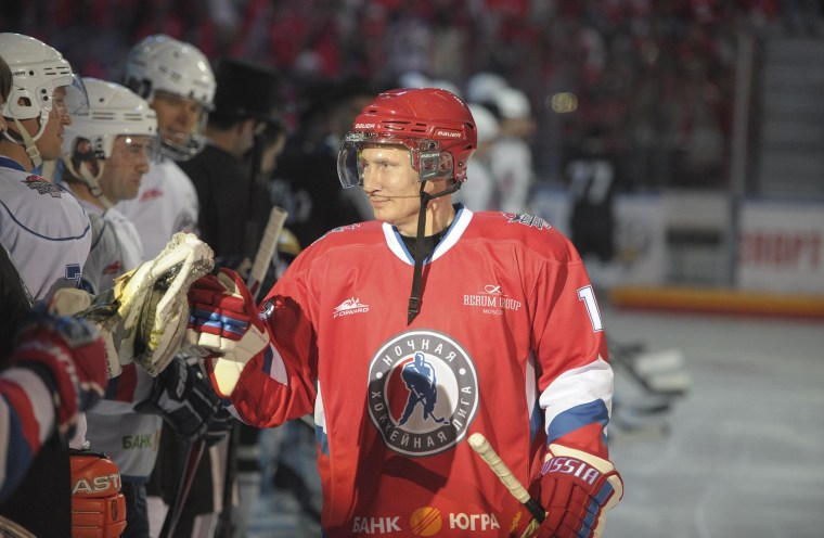 Image: Russian President Putin takes part in an invitational ice hockey match in Sochi