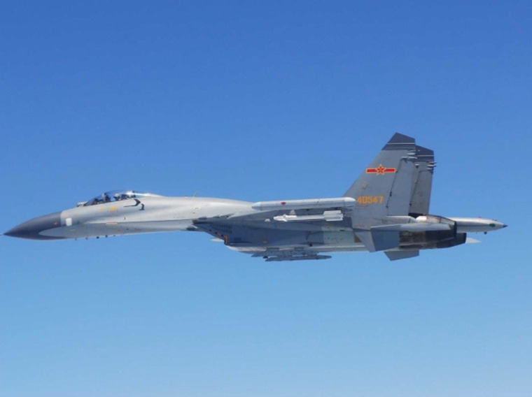Image: Chinese SU-27 fighter flies over the East China Sea