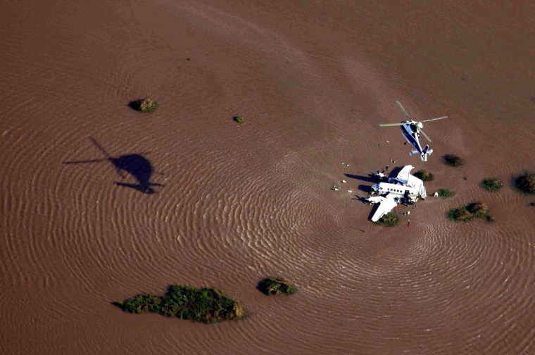 Image: Small aircraft crashes into the River Plate