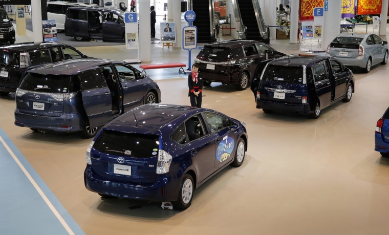 Auto buyers borrowed a record amount in the first quarter, according to a study by Experian Automotive.