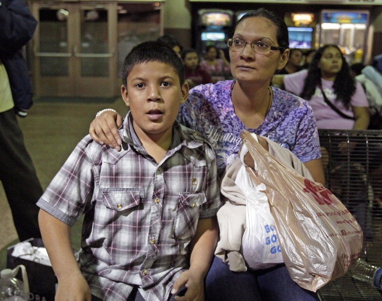 Image: Would-be immigrants left at Phoenix bus station