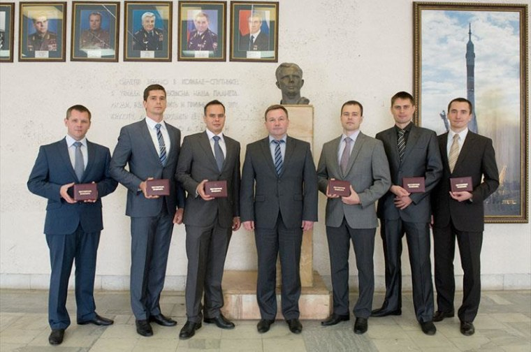 The six newly-appointed members of Russia's cosmonaut corps pose with the chief of the Gagarin Cosmonaut Training Center in Star City. From left to right: Oleg Blinov, Nikolai Chub, Sergei Korsakov, Yuri Lonchakov, Dimitri Petelin, Andrei Fedyaev, Pyotr Dubrov.