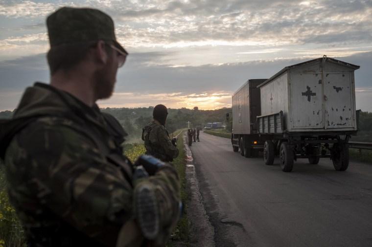 Image: Pro-Russian fighters handover the bodies of Ukrainian troops