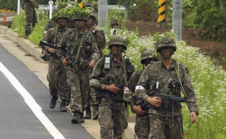 Image: South Korean soldiers patrol during a search and arrest operation in Goseong
