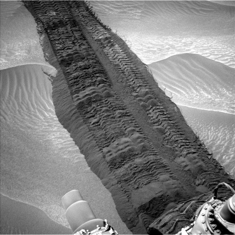 Mars Curiosity Rover Nears Rocks at Giant Mountain's Base