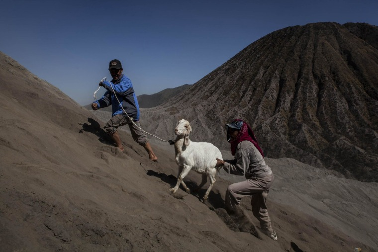Image: Villagers Offer Up Gifts To Volcano As Part Of Yadnya Kasada Festival
