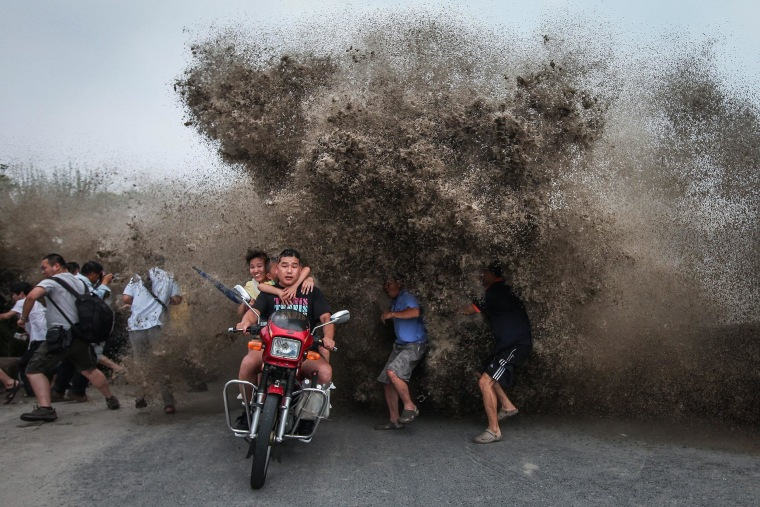 Image: High waves hitting the Qiantang River bank