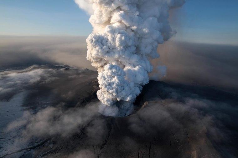 Image:volcano in southern Iceland's Eyjafjallajokull glacier