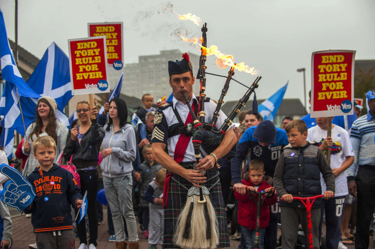 Flaming Bagpipes Lead Independence Rally in Scotland